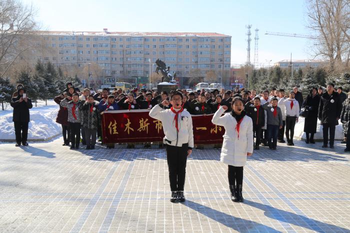 祭扫烈士墓主题队会_第十一小学纪念刘英俊牺牲52周年主题活动